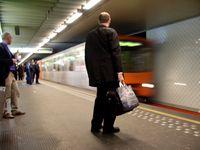 Ein Zug der Brüsseler Metro im Bahnhof Merode, Linien 1 und 5