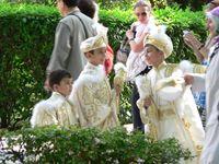 Jungen auf dem Weg zu einer türkischen Beschneidungszeremonie