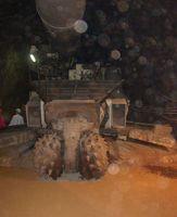 Einlagerungskammer für die Endlagerung von schwach- und mittelradioaktivem Abfall. Die Teilschnittmaschine fräst die neuen Kammern und schafft gleichzeitig den Abraum nach hinten.