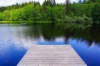 Badesee mit Holzsteg