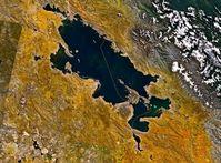 Titicacasee: Satellitenbild mit Landesgrenze