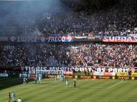 Fußballbegeisterung in ausverkauftem Stadion