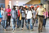 Einwanderer und Asylanten am Flughafen (Symbolbild)
