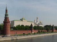 Blick auf den Moskauer Kreml von der Großen Steinernen Brücke über dem Moskwa-Fluss (2007)