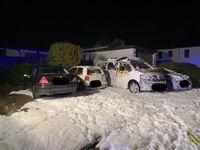 Durch den Brand beschädigte Fahrzeuge Bild: Polizei