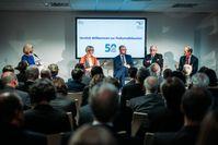 Podiumsdiskussion anlässlich des 50jährigen Bestehens des Leibniz-Instituts DSMZ; von links nach rechts: Moderatorin Dr. S. Holst, A. Karliczek, R. Eichel, Prof. Dr. M. Kleiner, Prof. Dr. J. Overmann Quelle: DSMZ (idw)