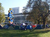 Zeltende Demonstranten auf dem Platz vor der EZB in Frankfurt am Main