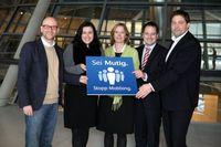 """Fraktionsübergreifende Unterstützung: v.l.n.r.: Dr. Peter Tauber (MdB, CDU), Dorothee Bär (MdB, CSU), Kerstin Andreae (MdB, Bündnis 90/Die Grünen), Manuel Höferlin (MdB, FDP), Lars Klingbeil (MdB, SPD). Bild: """"obs/Facebook"""""""