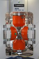 Die MOVA-Hochdruckpresse im Bayerischen Geoinstitut (BGI) der Universität Bayreuth kann Drücke von bis zu 15 Gigapascal (GPa) erzeugen und Gesteinsproben auf mehr als 2.000 Grad Celsius aufheizen. Quelle: Foto: Christian Wißler. (idw)