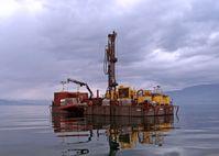 Mehrere Wochen lag die Bohrplattform auf dem Ohridsee, auf der ein internationales Forschungsteam verschiedene Bohrungen und Messungen durchführten. Quelle: LIAG/T.Grelle (idw)