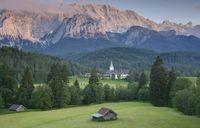 Schloss Elmau von Nordosten (von der Elmauer Alm aus) gesehen