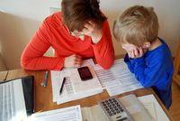 Handy auf dem Tisch: Defizite treten verstärkt auf. Bild: R. Ortner/pixelio.de