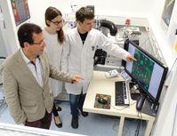 Prof. Dr. Feller mit den beiden beteiligten Doktoranden Astrid Pflieger (Zellkultivierung) und Bastian Böttcher (Drucktechnologien) Quelle: Foto: Christine Bartzsch (idw)