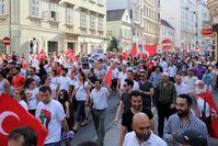 Weitgehend friedliche Großdemonstration mit über 10.000 Teilnehmern gegen die israelische Militäroffensive im Gazastreifen in Wien