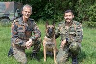 Der Inspekteur der Streitkräftebasis Generalleutnant Martin Schelleis (links) besuchte die Schule in Ulmen. Hundeführer Oberfeldwebel Miguel Acosta (rechts) zeigte dem General die Fähigkeiten seines Diensthundes Donnie. Bild:     Bundeswehr / R. Alpers