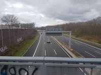 Bild der Tatörtlichkeite - Absperrelement von Brücke auf BAB 57 geworfen Bild: Polizei