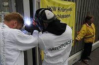 Greenpeace-Aktivisten schweißen das Tor zum AKW Krümmel zu.  Bild: Greenpeace e.V.