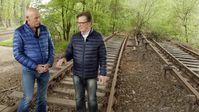 """Joe Bausch und Arno Funke bei einem alten Übergabeort in Berlin. Bild: """"obs/ZDFinfo/Johann Schmejkal"""""""