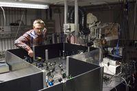 Prof. Gerhard Schütz mit Laser-Strahlengang und Mikroskop Quelle: TU Wien (idw)