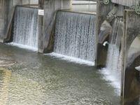 Vom Wehr herabfallendes Wasser des Lech am Augsburger Hochablass