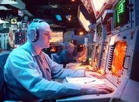AEGIS-Einsatzzentrale: Combat Information Center (CIC) consoles aboard USS Normandy, 1997.