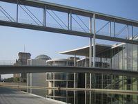 Paul-Löbe-Haus: Ostseite, im Hintergrund der Reichstag