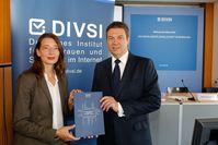 """Matthias Kammmer, DIVSI (rechts) ; Dr. Silke Borgstedt, SINUS (links). Bild: """"obs/DIVSI/Stefan Zeitz"""""""