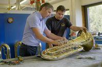 """Bei Miraphone, einem Hersteller von Blechblasinstrumenten, sind viele Mitarbeiter auch Eigentümer des Unternehmens. Bild: """"obs/ZDF/Sven Bender"""""""