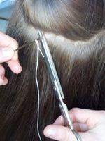 Kurz nach der Entbindung werden bei einer Mutter Haarproben am Hinterkopf genommen. Quelle: Foto: TU Dresden (idw)