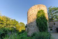 """Stadtmauer und Stadtgraben mit dem """"Dicken Turm"""""""