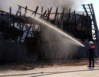 Das Dach der Halle wurde bei dem Brand schwer in Mitleidenschaft gezogen. Bild: Polizei Minden-Lübbecke