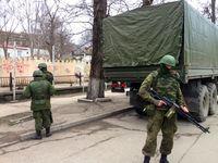 Krim: Soldaten mit PKP-Maschinengewehr in Simferopol am 2.März 2014