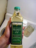 Flasche mit Erdnussöl