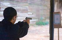 Schießübung: Bewaffnet sieht die Welt gefährlicher aus. Bild: Flickr/JMR