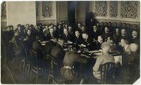 Die Friedenskonferenz in Riga - Sitzung der Rechtskommission. Auf der rechten Seite - Polen, auf der linken Seite - Bolschewiken. / Bild: Wikimedia Commons / Magdalena Poznańska / UM
