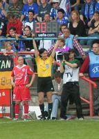 Eine Schiedsrichterin zeigt die Auswechslung der Spielerin mit der Rückennummer 20 an. Die Einwechselspielerin steht bereit.