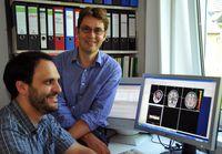 Doktorand Martin Mothes-Lasch (l.) und PD Dr. Thomas Straube von der Universität Jena untersuchen mittels Kernspintomographie, wie das menschliche Gehirn emotionale Reize verarbeitet. Foto: Anne Günther/FSU