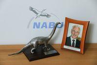 """ExxonMobil-Europachef Gernot Kalkoffen erhält """"Dinosaurier des Jahres 2014"""". Bild: NABU"""