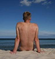 Liegen am Strand: Sonne hat heilende Wirkung. Bild: pixelio.de, Marco Barnebeck