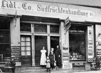 """Das erste Lebensmittelgeschäft der """"A. Lidl & Co. Südfrüchtenhandlung"""" in der Sülmerstraße 54 in Heilbronn. Bild: """"obs/ZDF/Schwarz Gruppe"""""""
