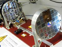 Die Imager-Einheit des Teleskops STIX, welche die Röntgenstrahlung filtert, und die Detektorbox (schwarz, im Hintergrund), die die Röntgenstrahlung misst. Quelle: AIP/Hakan Önel (idw)