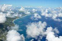 """Barbados am Rand der Karibik wurde für die Untersuchungen ausgewählt, weil die Bedingungen optimal für diese Experimente sind. Charakteristisch sind die gleichmäßigen Passatwinde aus östlicher Richtung. Die Passatwindregion mit den typischerweise recht flachen """"Schönwetterwolken"""" ist zunehmend in den Fokus der Wissenschaft geraten. Fragen wie diese Wolkentypen beispielsweise Niederschlag produzieren oder auf eine höhere Staubbelastung reagieren sind von zentralem Interesse für die Diskussion um die globale Klimaänderung. Quelle: Foto: Holger Siebert/ IfT (idw)"""