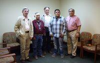 Anwalt Pierre Servan-Schreiber und Jean-Patrick Razon von Survival International übergaben die Katsina an den Vorsitzenden des Hopi-Rates und religiöse Anführer. Bild: © Survival