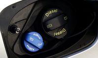 Diesel: Der Tankeinfüllstutzen für die Harnstofflösung (AdBlue) an einem Audi Q3 2.0 TDI (2014)