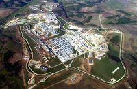 Luftbildaufnahme von Camp Bondsteel (2006) im Kosovo - eine der größten US-Amerikanischen Militärstützpunkte auf der Welt.