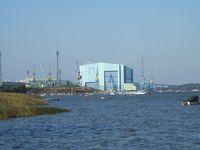 Blick auf die Volkswerft Stralsund vom Wasser aus.