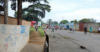 """Demonstranten vor dem SOS-Kinderdorf in Burundis Hauptstadt Bujumbura am 20.05.2015. Zuvor starb hier ein Soldat durch einen Schuss der Polizei. Bild: """"obs/SOS-Kinderdörfer weltweit/Hermann-Gmeiner-Fonds"""""""