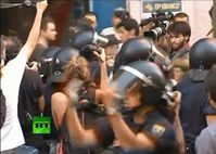 "Screenshot aus dem Youtube Video ""Video: Hundreds clash with riot police in Spain"""