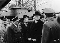 """Bundeskanzler Adenauer bei seinem Besuch in Andernach vor dem frisch gelieferten militärischen Großgerät  Bild: """"obs/Presse- und Informationszentrum Sanitätsdienst"""""""