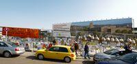 Großformatige Werbung für Stuttgart 21 im Bereich des ehemaligen Hauptbahnhof-Nordflügels. Im Vordergrund sind Teile des mit Kritik behängten Bauzauns zu sehen.